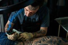 刺字大师末端在后面的纹身花刺 免版税图库摄影