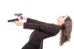刺客与两杆枪的女孩画象 免版税库存图片