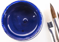 刺激与蓝色树胶水彩画颜料和刷子在一个白色背景特写镜头 库存照片