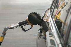 刺激在加油站和汽车的气体 免版税库存照片