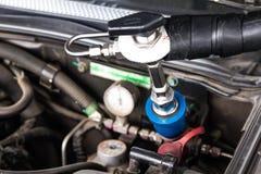 刺激天然气车(NGV)在加油站 库存图片