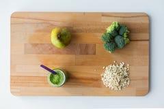 刺激用纯汁浓汤或婴儿食品在木板 库存图片