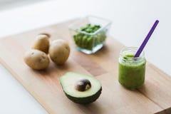 刺激用纯汁浓汤或婴儿食品在木板 免版税图库摄影