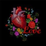 刺绣双线人的解剖心脏医学器官花上升了开花 红色针被绣的设计纹理 皇族释放例证