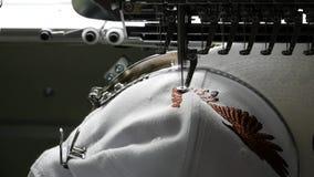 刺绣机器创造盖帽` s表面上的一个象征 股票视频
