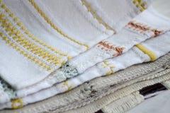 刺绣的不同的黄色,橙色和蓝色样式在白色和灰色织品的 库存照片