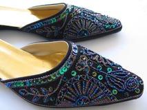 刺绣穿上鞋子妇女 库存照片