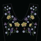 刺绣缝与木槿,虹膜花,鸟 免版税图库摄影