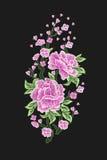 刺绣 与被隔绝的佐仓花和叶子的被绣的设计元素 桃红色花 免版税库存图片