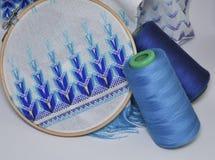 刺绣产品细节与蓝色螺纹的在木箍 免版税图库摄影