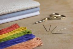 刺绣和十字绣成套工具在自然亚麻制背景 f 库存照片