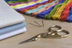 刺绣和十字绣成套工具在自然亚麻制背景 f 免版税库存图片