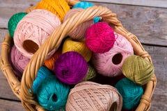 刺绣和毛线的许多多彩多姿的螺纹 图库摄影