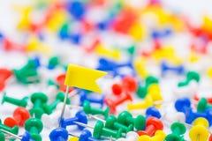 刺绣在地面上的黄旗别针在五颜六色的许多中 库存图片