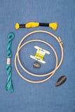 刺绣工具和螺纹灰色表面上 免版税库存图片