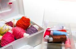 刺绣用品 与色的螺纹的针线包 库存照片