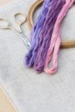 刺绣的集合,绣花框架和刺绣穿线 免版税库存照片