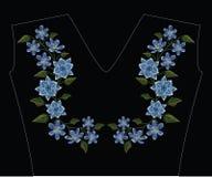 刺绣缝与球状药草humilis和hepatica花在p 免版税库存图片