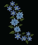 刺绣缝与球状药草humilis和hepatica花在p 免版税库存照片