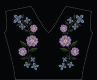 刺绣缝与寻常primarose的樱草属和丁香fl 免版税库存照片