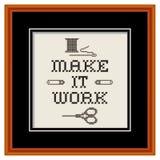 刺绣,做它工作樱桃木画框 免版税库存照片