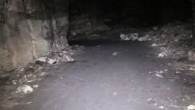 刻赤地下墓穴和漫步的业余性质的洞窟探勘者 股票录像