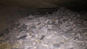 刻赤地下墓穴和漫步的业余性质的洞窟探勘者 股票视频
