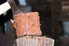 剁木头 图库摄影
