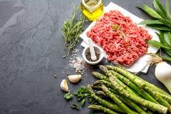 剁碎的牛肉肉和成份-芦笋、葱和香料 剁碎和草本 剪报陆运查出的肉路径白色 库存照片