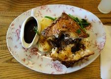 剁碎的牛肉饼膳食,供应在英国客栈 库存图片