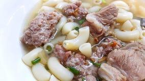 剁碎的猪肉通心面汤 免版税库存照片