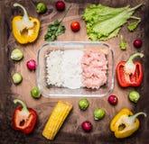 剁碎的葱和面粉在一个玻璃碗有各种各样的有机农厂菜在木土气背景顶视图关闭 库存照片