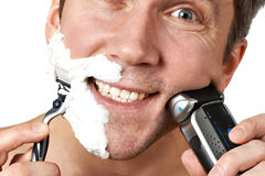 剃与剃刀的人 免版税库存照片