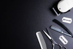 剃刀、时髦的专业理发师剪刀、白色梳子和丝毫 库存照片
