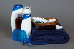 剃刀,化妆水,化妆用品在篮子和毛巾设置了 免版税库存图片