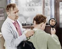 剃许多根头发的理发师(所有人被描述不更长生存,并且庄园不存在 供应商保单那里 免版税图库摄影