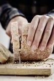 削减一个被拼写的小圆面包的人 免版税图库摄影