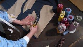 削减与剪刀的裁缝的手样式 股票视频