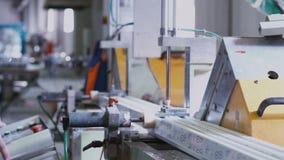 削减与圆的锯的工作者PVC配置文件 股票视频
