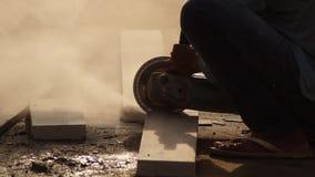 削减与角度圆研磨机的工作员具体块房子建筑的 影视素材