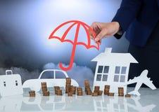 削减出口裁减与举行伞保护的妇女的出口保险 免版税库存图片