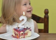 削减切片生日蛋糕小女孩的2年 库存图片