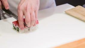 削减开胃寿司卷的亚裔厨师 影视素材