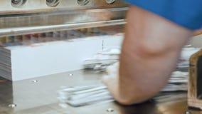 削减的纸剪-在打印工厂的断头台机器铁工业切削刀-接近  股票录像