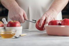 削减自创做的饼准备被切的起始时间的苹果董事会对楔子 这是Th 库存照片