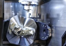 削减金属螺纹零件的CNC车床机器翻转机由车床切削刀 喂精确度CNC加工 库存照片