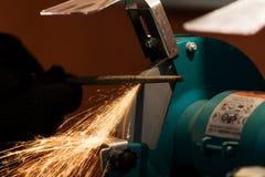 削尖和切开由磨蚀盘机器 库存照片