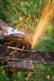 削尖和切开铁由磨蚀盘机器 免版税图库摄影