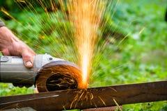 削尖和切开铁磨蚀盘机器 库存图片