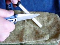 削尖在一陶瓷musat的一把刀子 免版税库存图片